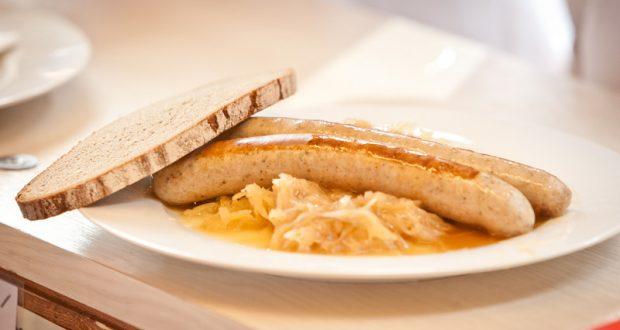 Bratwurst mit Kraut und Brot